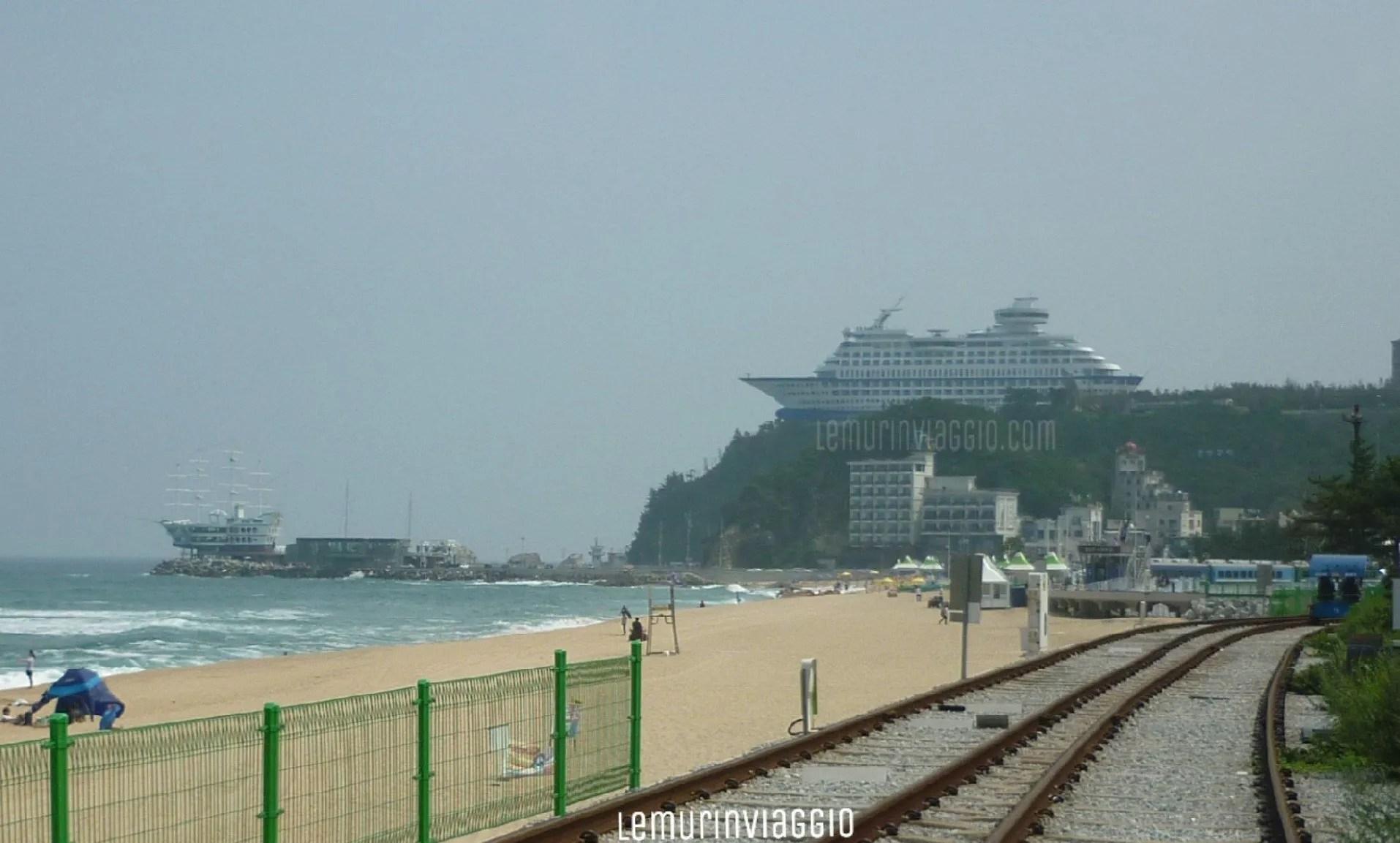 Sun Cruise Hotel Resort visto dalla stazione di Jeongdongjin