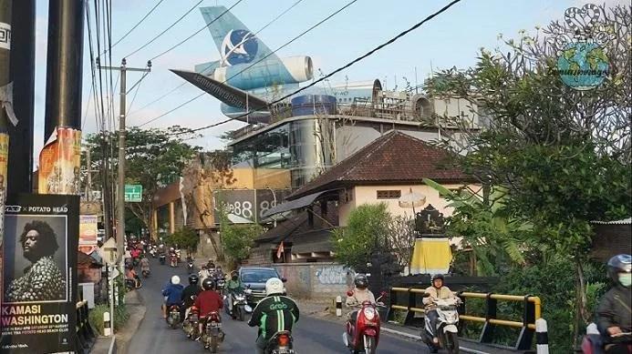 Aereo abbandonato sopra un centro commerciale abbandonato il gate 88 a Bali
