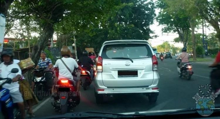 Motorini che vanno contromano nelle strade , ecco com'è guidare a Bali