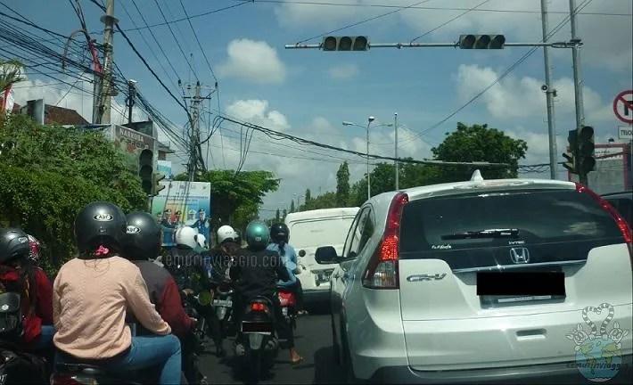Traffico nelle strade di Bali Indonesia
