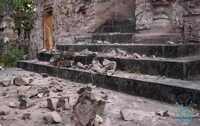 Macerie in un tempio di Bali dopo il terremoto a Lombok in Indonesia