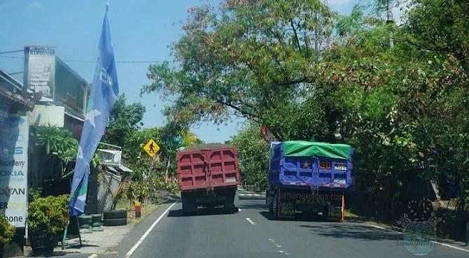 Sorpassi tra camion in strade a due corsie, pazzi al volante a Bali