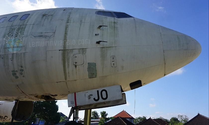 Un aereo abbandonato a Bali vicino al Dunkin Donuts