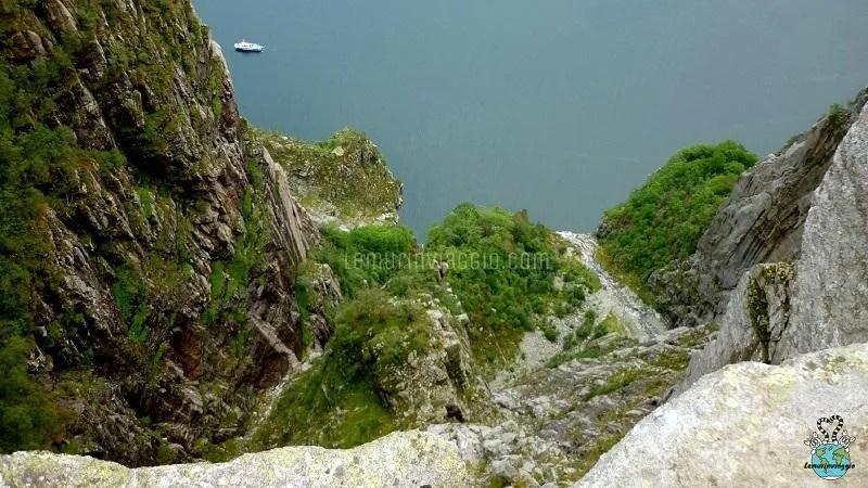 Sporgersi per guardare verso il basso al Preikestolen o Pulpit Rock