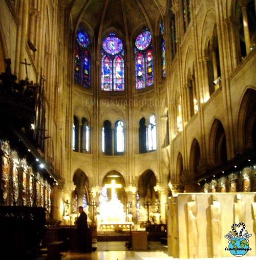 Altare all'interno di Notre Dame di Parigi