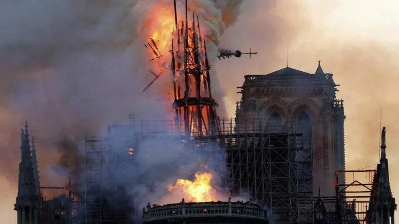Incendio a Notre Dame de Paris avvolta dalle fiamme