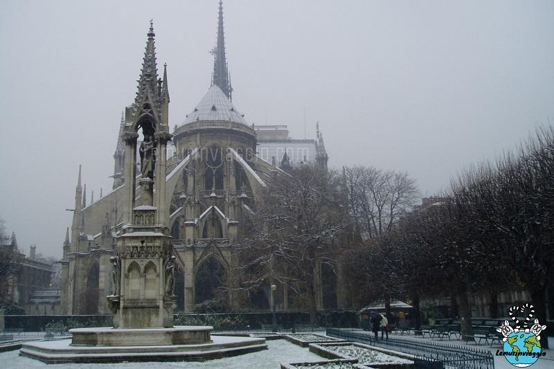 Una candida Notre Dame imbiancata di neve