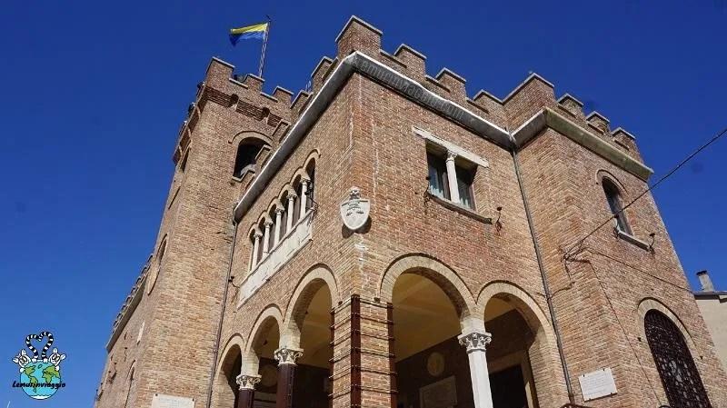 Simboli di Mondolfo la bandiera gialla e blu e i tre colli e roveri
