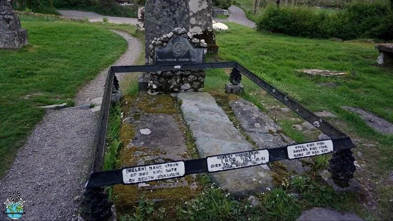 tomba di Rob Roy in Scozia nei pressi delle verdi vallate di Glencoe