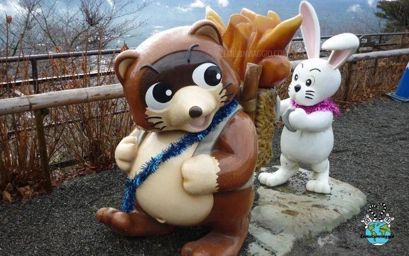 statue del coniglio e procione del monte kachi kachi