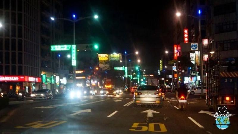 luci colori e suoni che rendono confusionario e abbagliante la guida a Taiwan