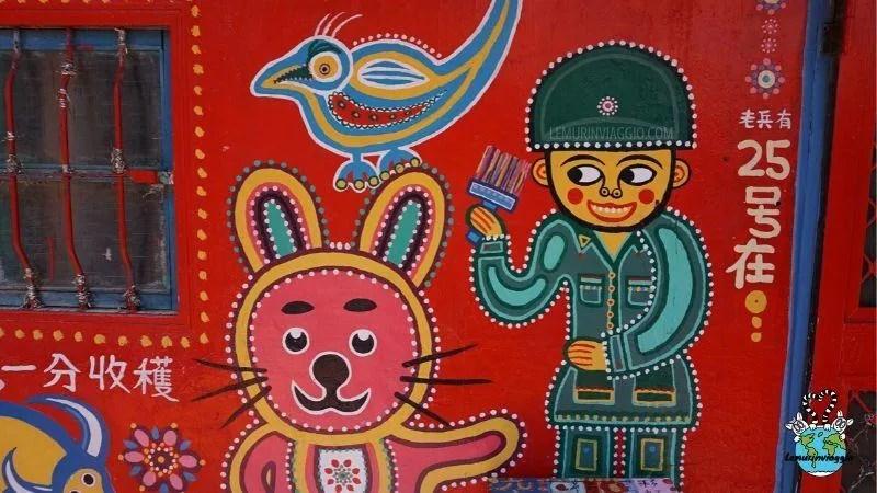 La storia di Nonno Arcobaleno che ha salvato il suo villaggio dipingendolo
