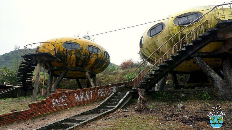 scritta we want peace all'ufo village tra due futuro house