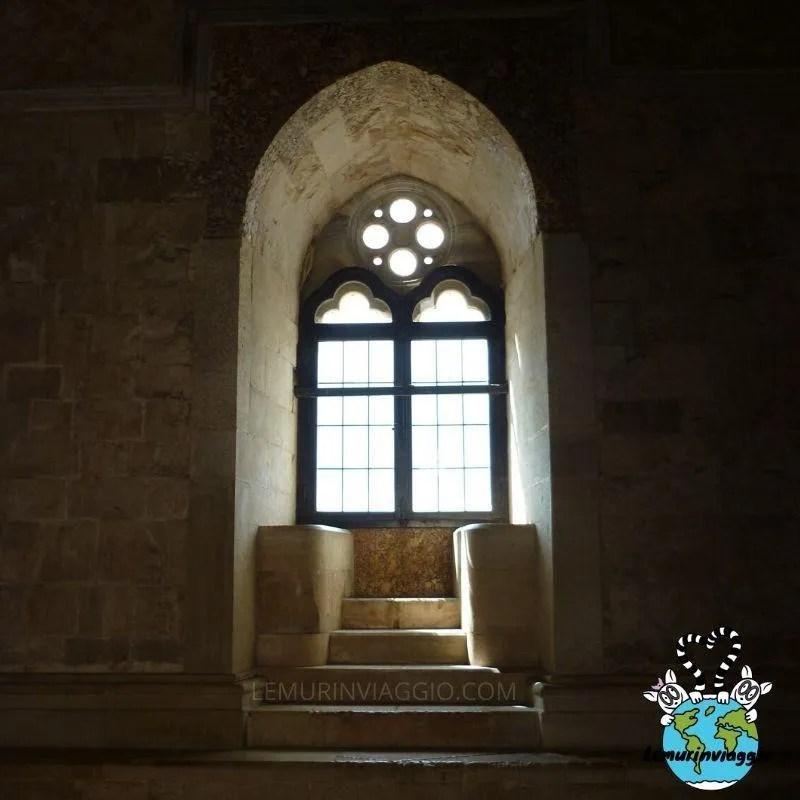 finestra bifora all'interno della fortezza