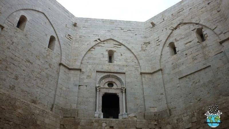L' architettura di Castel del monte è a forma ottagonale e il numero 8 si ripete in molti simboli