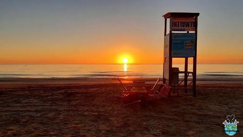 sole che sorge al mare a Rimini