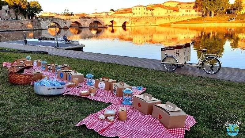 L'itinerario a Rimini include il pic nic al parco XVI aprile con vista sul ponte di Tiberio