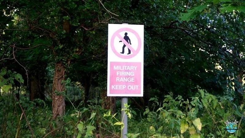 cartello di divieto di passaggio per gli uomini