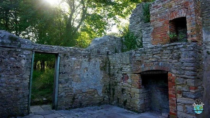 rovine ed edifici abbandonati a Tyneham in Inghilterra