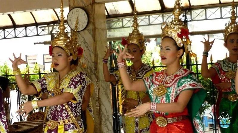 Le danze delle danzatrici del tempio di Erawan rappresenta un' offerta agli Dei