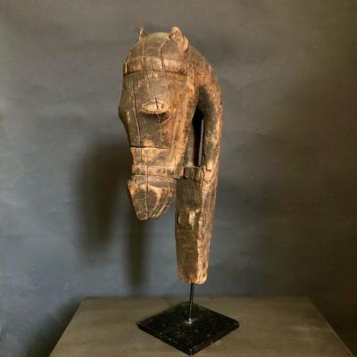 cavallo tribale in legno su piedistallo retro