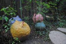 Passend zu den eierförmigen Gehwegplatten dürfen auch die Keramikhühner nicht fehlen. Das Design stammt von Ursula Weygandt.