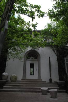 Das Haus Martinus steht inmitten des Vortexgartens und kann sogar für Übernachtungen gebucht werden.