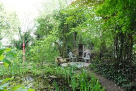 Überall gibt es Rückzugsmöglichkeiten, wie hier an einem kleinen Teich. In den aufgestellten Holzschränken gibt es interessante Literatur, die nur darauf wartet, von den Besuchern gelesen zu werden.