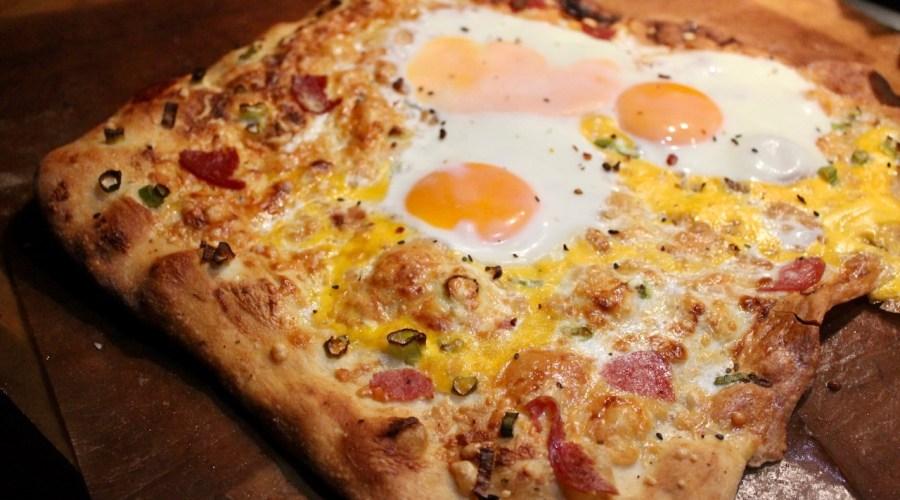 Frühstückspizza mit Ei und Salami