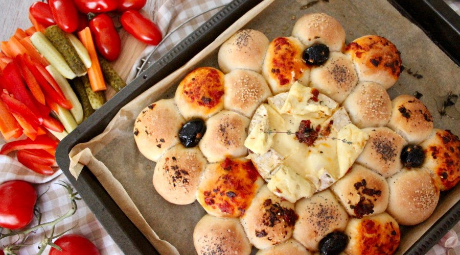 Ofenkäse mit Pizzabrötchen