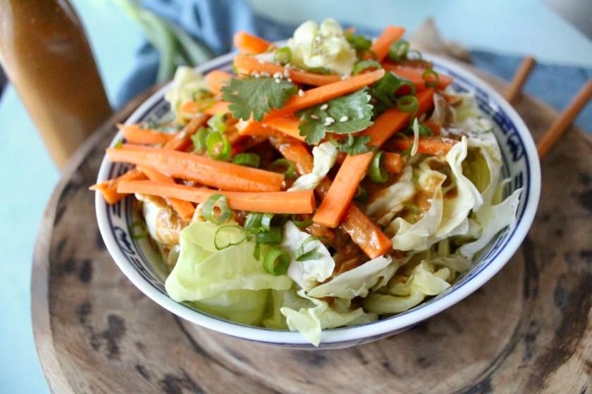 Asia Salat mit Ingwer Sesam Dressing.