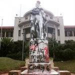 La statue qui représente le roi George V au pied du campus de l'Howard College del'Université du KwaZulu-Natal a été amochée avec de la peinture blanche et des graffitis