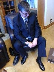 Sau khi Bộ trưởng Krawetz sắm giày mới ... (Stefani Langenegger/CBC)