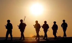 """Thủy quân lục chiến Nam Hàn trên đảo Yeonpyeong. Bắc Hàn đã tấn công đảo này năm 2010, làm chết 4 người, và gần đây đe dọa """"tiêu hủy"""" Seoul. (Yun Tae-Hyun/Yonhap)"""