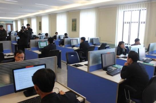 Các sinh viên trong phòng máy tại một đại học ở Bình Nhưỡng đang xem một số trang mạng, trong đó có Wikipedia và Google. Nhưng nhìn kỹ hơn sẽ thấy họ hầu như chỉ rê chuột lên xuống với vẻ hết sức tập trung và có kỷ luật. (Ảnh của đồng tác giả Jared Cohen)