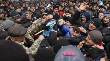 Người biểu tình thân Nga và người Tatar đụng độ về tương lai của Crimea. (AP)