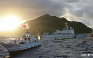 Tàu Nhật và tàu Trung Quốc đi ngang nhau ở quần đảo tranh chấp Senkaku/Điếu Ngư hồi năm ngoái (Reuters)