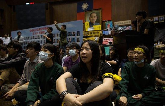 Biểu tình ngồi trong Viện Lập pháp (Ảnh: Lam Yik Fei/Getty Images)