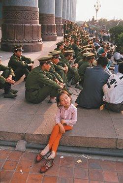 Binh lính Trung Quốc quan sát cuộc biểu tình ở Quảng trường Thiên An Môn vào tháng 5 năm 1989 trước khi quân đội được lệnh tấn công. (Ảnh: Ken Jarecke/Contact Press Images)
