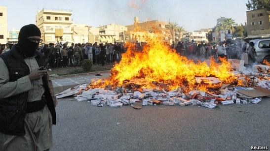 ISIS đốt thuốc lá ở Raqqa.