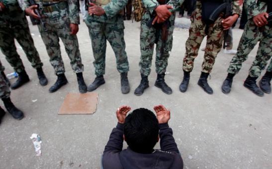 Không vũ trang nhưng nguy hiểm: biểu tình ở Cairo, tháng 2/2011. (Yannis Behrakis / Reuters)