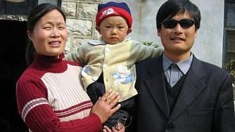 Trần Quang Thành và gia đình lúc ở tỉnh Sơn Đông. (AP)