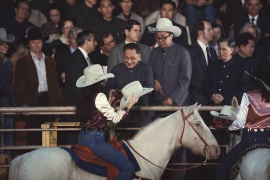 Lãnh tụ Trung Quốc Đặng Tiểu Bình được tặng nón cao bồi tại một cuộc biểu diễn cưỡi ngựa gần Houston, Texas, trong chuyến công du Mỹ năm 1979. (Ảnh: Wally Mcnamee/Corbis)