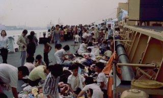 Chọn áo quần được góp tặng trên boong tàu Wellpark. (Ảnh: Mike Newton)