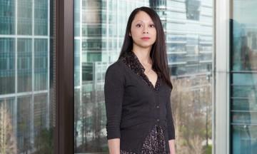 Diep Quan tại ngân hàng Morgan Stanley ở Canary Wharf, London. (Ảnh: Suki Dhanda / Observer)