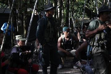 Phiến quân FARC nghe giải thích về tiến trình hòa bình trong rừng rậm ở Putumayo, Colombia, hôm 17-8-2016. (Ảnh: Fernando Vergara/AP)