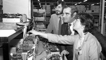 Steve Jobs, đồng sáng lập viên Apple (trái), và dân biểu địa phương Gene Fitzgerald tại nhà máy của Apple ở Cork năm 1980. (Ảnh: Irish Examiner)