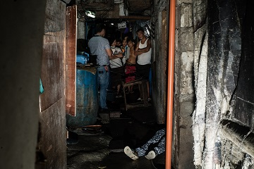 Một xác chết tại một khu ổ chuột Manila. (Ảnh: Patrick Tombola)