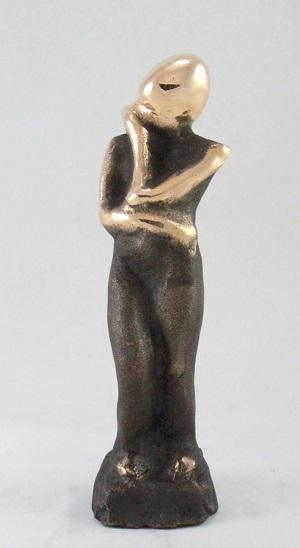 bronzeskulptur_lene_purkaer_stefansen_bronzefigur_kunst_skulpturer_Du_er_taenksom_lev_dit_liv_med_det_som_din_styrke