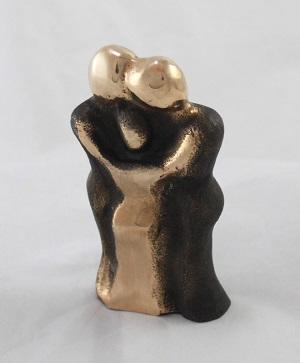 Bronzeskulptur_familie_LEne_Pur_kaer_Stefansen_Vore_lille_familie_med_et_barn